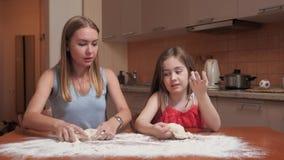 Ребенок рассматривает тесто сток-видео