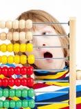 Ребенок рассчитывать красочный деревянный абакус Стоковые Изображения