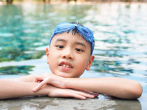 Ребенок ребенк мальчика Азии 9 лет в бассейне Стоковое Фото
