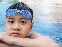 Ребенок ребенк мальчика Азии 9 лет в бассейне Стоковая Фотография