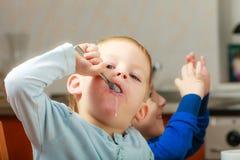 Ребенок ребенк мальчика есть завтрак хлопьев мозоли Стоковые Фото