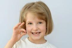 Ребенок, ребенк, показывает упаденный зуб младенца стоковое изображение rf