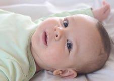 ребенок ребёнка его изолированное деревянное тележки игрушки верхней части малыша бака портрета ретро малое ся белое Стоковое Фото