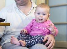 ребенок ребёнка его изолированное деревянное тележки игрушки верхней части малыша бака портрета ретро малое ся белое Стоковая Фотография