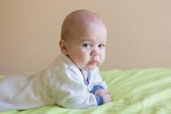 ребенок ребёнка его изолированное деревянное тележки игрушки верхней части малыша бака портрета ретро малое ся белое Стоковое Изображение RF