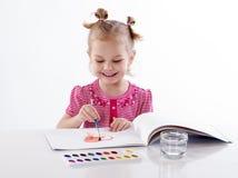 Ребенок ребёнка рисуя красное сердце Стоковое Фото