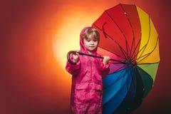 Ребенок рекламирует ваш продукт и услуга Красивый маленький парень в подготавливать на осень Зонтик дождя облака raining стоковые изображения rf