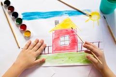 Ребенок рисует в акварели Стоковое Изображение