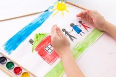 Ребенок рисует в акварели стоковые фотографии rf