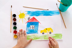 Ребенок рисует в акварели стоковая фотография rf