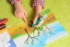ребенок рисует изображение Стоковая Фотография RF