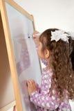Девушка рисует на борту, крыто стоковая фотография