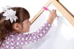 Девушка рисует на борту, крыто стоковые изображения