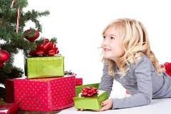 Ребенок рядом с рождественской елкой стоковое изображение