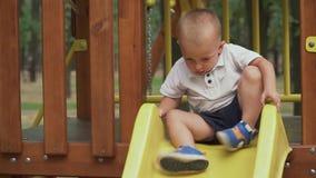 Ребенок свертывает вниз скольжение детей акции видеоматериалы