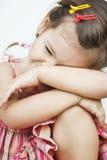 Ребенок сидит с его головкой на его коленях Стоковое Фото