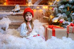 Ребенок сидя в снеге стоковая фотография