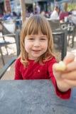 Ребенок сидя в слойке сыра внешнего бара предлагая Стоковое Изображение RF