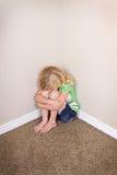 Ребенок сидя в угле стоковое фото