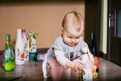 Ребенок сидя играющ бутылку decoupage Стоковое Изображение