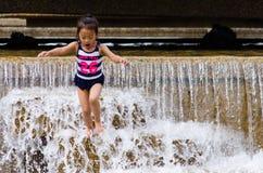 Ребенок скача в фонтан на горячий день Стоковые Изображения RF