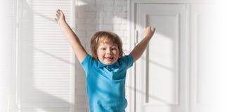 Ребенок скача на кровать в спальне стоковое изображение rf
