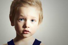 Ребенок. Смешной мальчик. Красивый мальчик с голубыми глазами Стоковые Фото