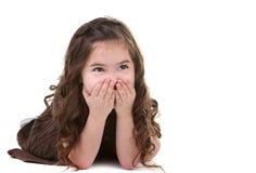 ребенок смеясь над смотрящ вверх детенышей стоковое изображение