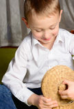 Ребенок смотрит в коробке Стоковое фото RF