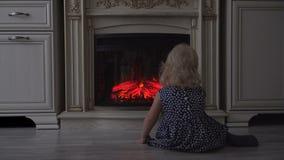 Ребенок смотрит огонь видеоматериал
