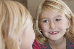 Ребенок смотря в зеркале на пропускании переднего зуба стоковое изображение rf
