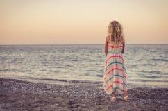 Ребенок смотря к морю стоковые изображения