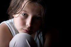 ребенок смотря унылых детенышей Стоковое фото RF