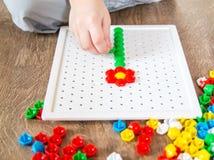 Ребенок собирает головоломку стоковые изображения