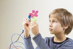 Ребенок создаваясь с ручкой 3D стоковые изображения