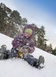 ребенок сползая снежок Стоковая Фотография