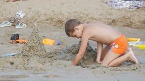 Ребенок строит замок песка на пляже в замедленном движении акции видеоматериалы