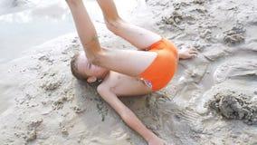 Ребенок строит замок песка на пляже в замедленном движении видеоматериал