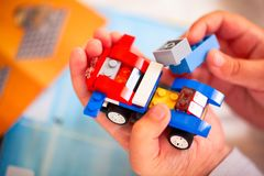 Ребенок строя автомобиль Lego Стоковое фото RF