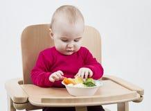 ребенок стула есть высоко детенышей Стоковое Фото
