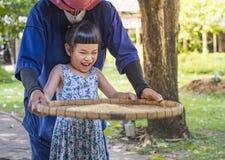 Ребенок счастливый для того чтобы выучить молотить риса Стоковые Фотографии RF