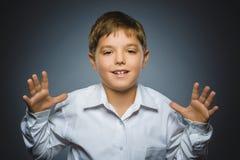 ребенок счастливый Портрет красивый усмехаться мальчика изолированный на серой предпосылке Стоковая Фотография RF