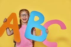 Ребенок с большими письмами Стоковая Фотография