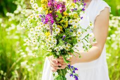 Ребенок с букетом wildflowers Селективный фокус Стоковые Изображения
