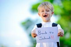Ребенок с бумажным знаком Стоковое Изображение