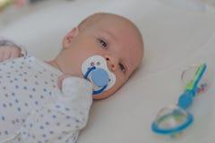 Ребенок с голубой лежать манекена стоковая фотография rf
