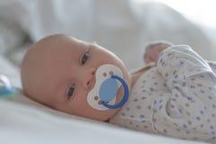 Ребенок с голубой лежать манекена стоковые изображения rf