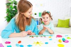 Ребенок с его матерью ваяет от глины Стоковое Изображение RF