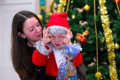 Ребенок с его Рождеством матери Стоковое фото RF