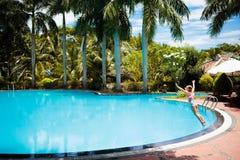 Ребенок с изумлёнными взглядами в бассейне Заплыв детей Стоковое Изображение